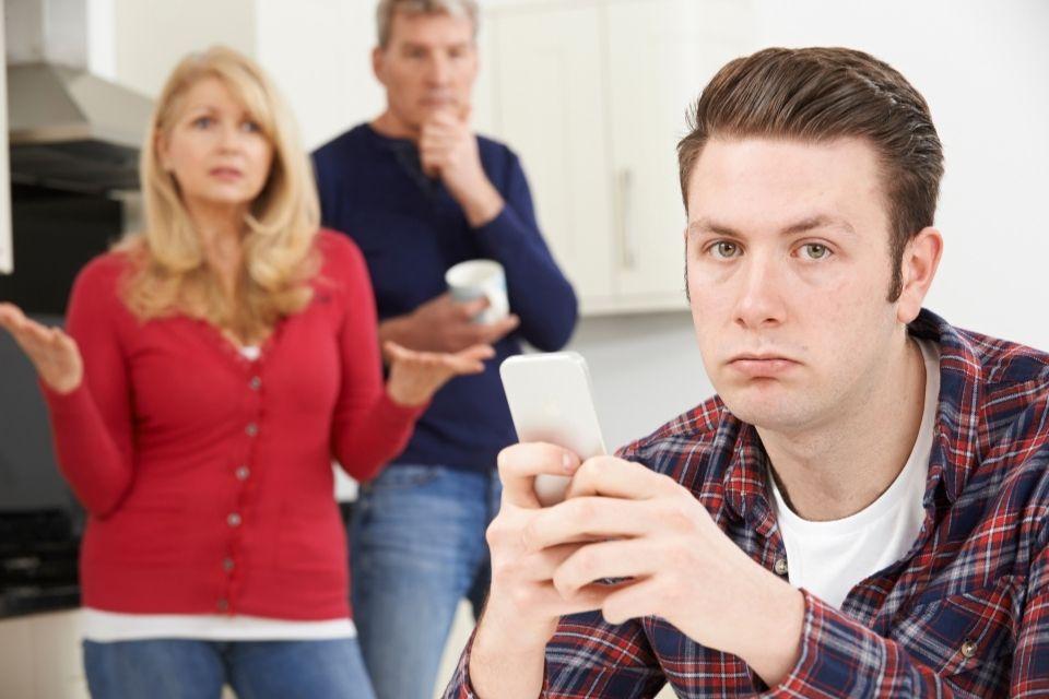 Jóvenes viviendo con sus padres